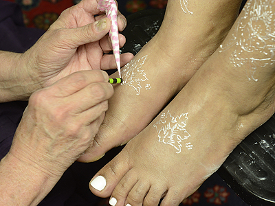 apply a gem to white henna