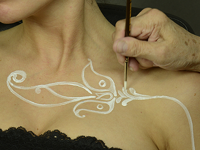 apply Temptu to create 'white henna'