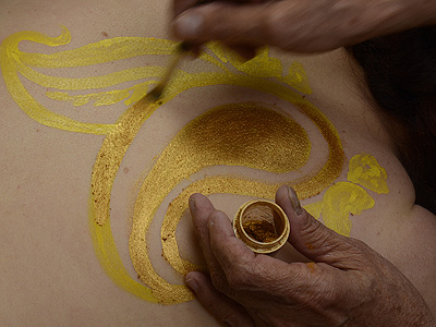 apply powder to create 'golden henna'